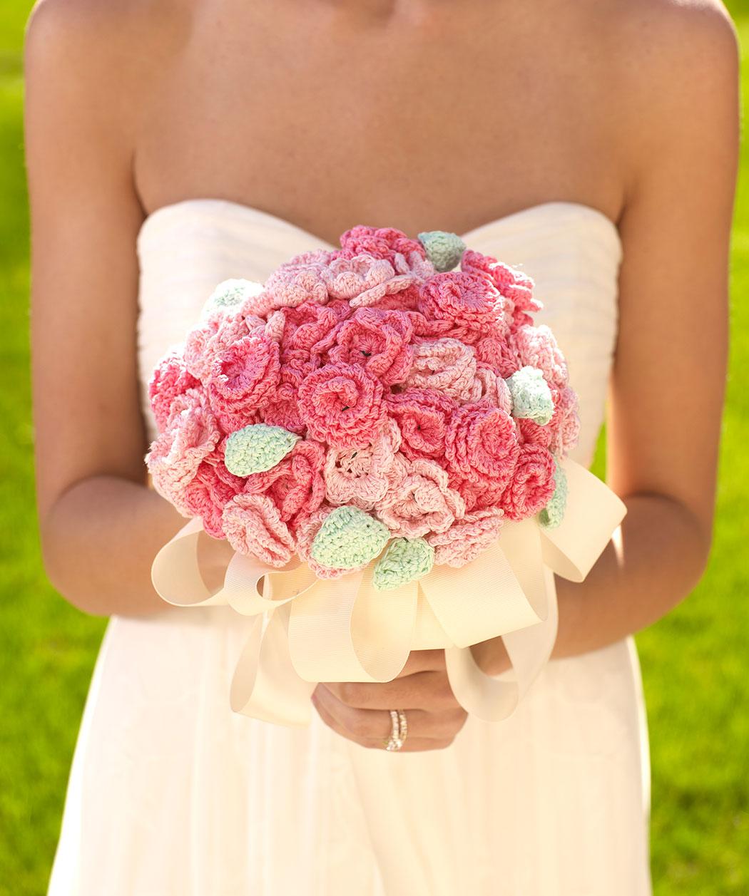 Вязанные цветы в букете фото