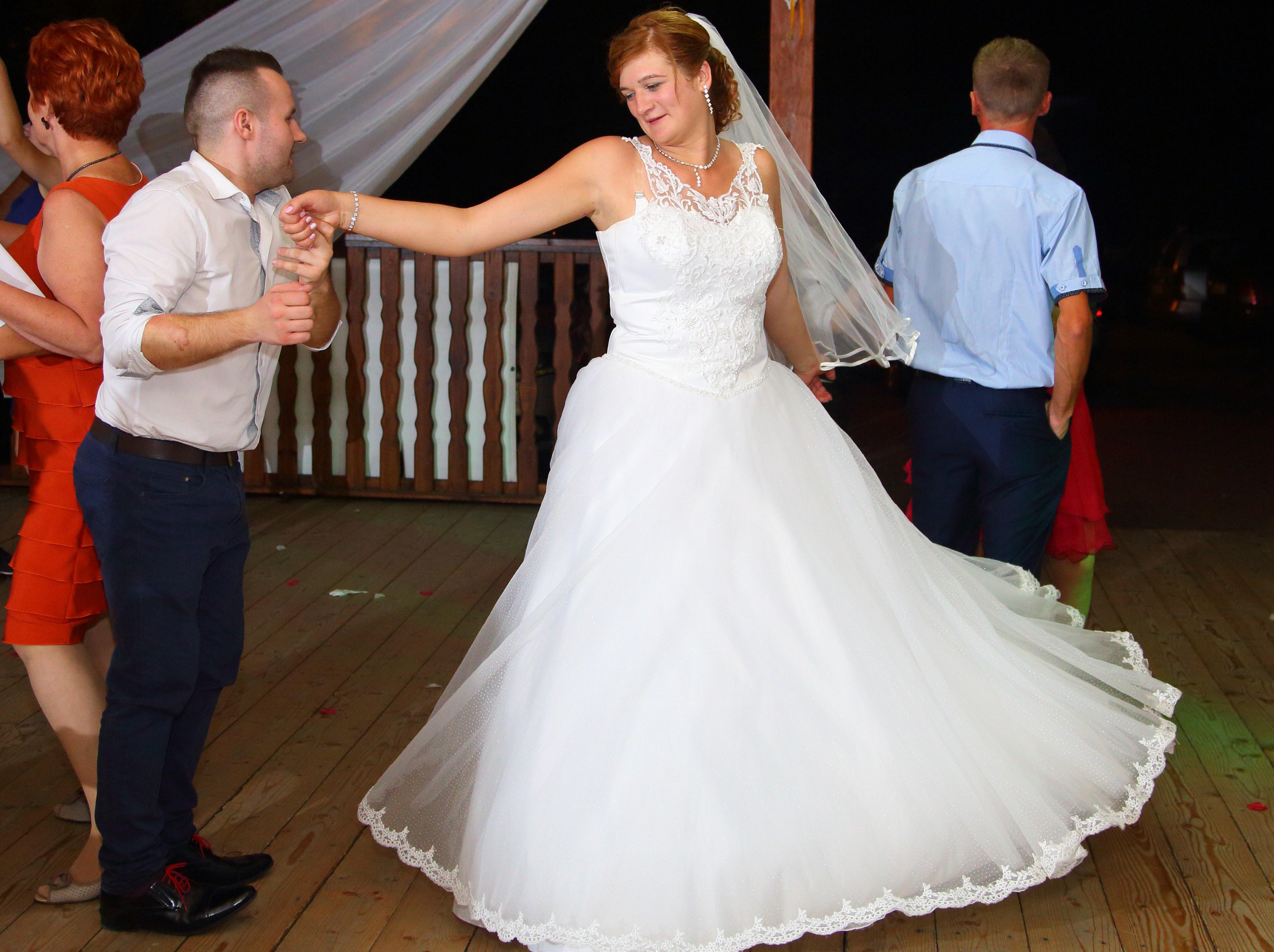 b2658fa551 Suknia ślubna Sprzedam śliczną suknie ślubną kolor  biała rozmiar  44-46